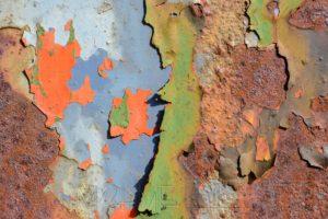 Metallplatte mit abplatzender Farbe