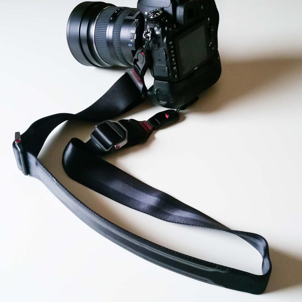 Nahaufnahme von Kamera mit Kameragurt