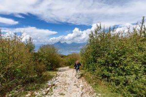 Wandern,wanderweg,steine,wald,bäume,gardasee