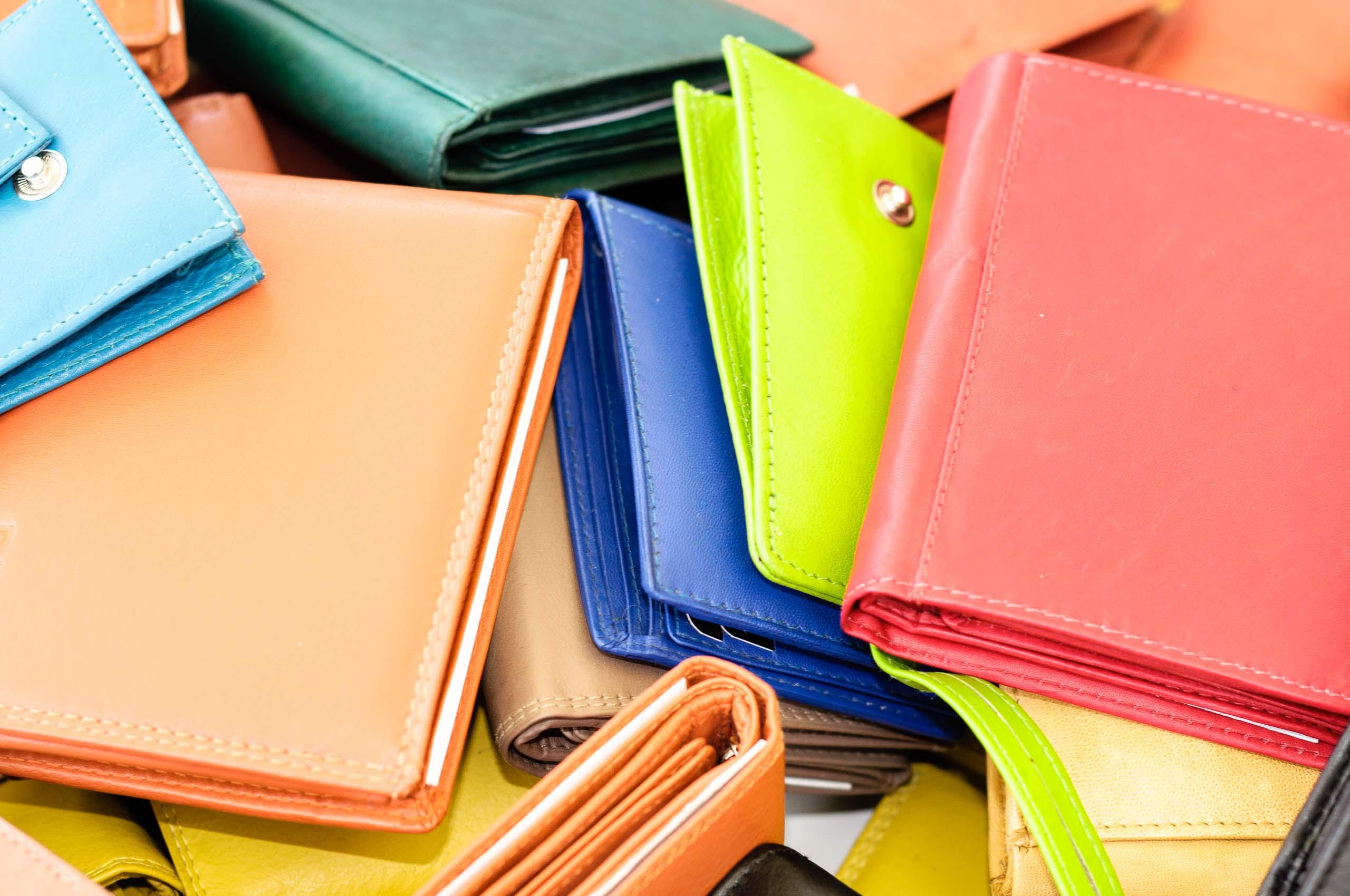 nahaufnahme,farbig,geldboerse,rot,braun,gruen,details