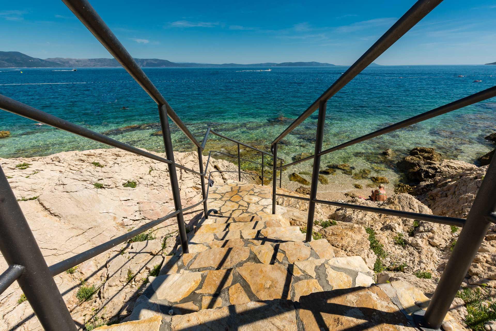 Treppe in das kroatische Meer bei Istrien