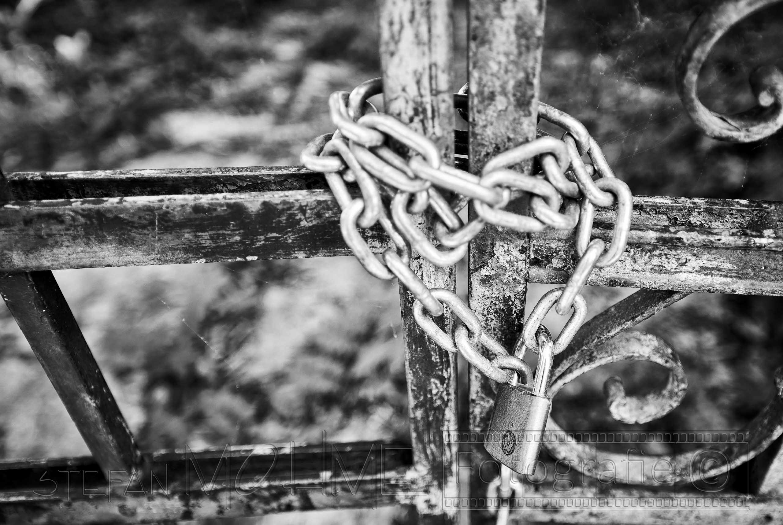 Stahlkette ,altem Tor, Nahaufnahme